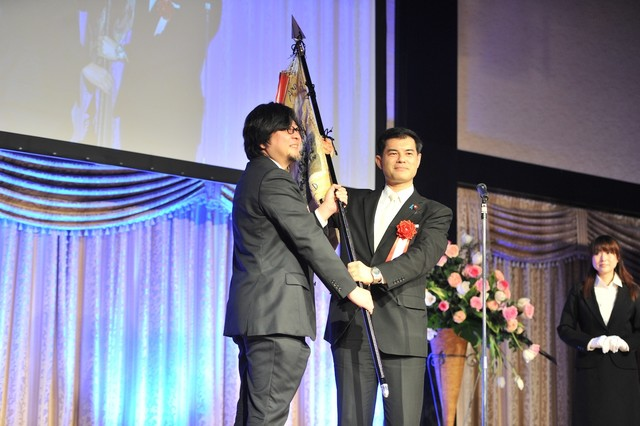 映画「おおかみこどもの雨と雪」が総務大臣賞を受賞し、登壇した細田守監督。
