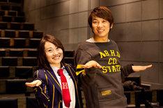 「卒恋歌」PVに出演したキンタロー。(写真左)と監督のTKO木本(右)。