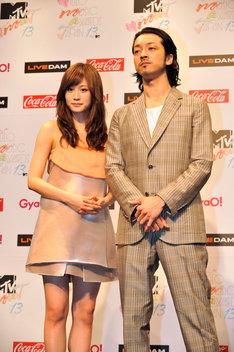 息の合った様子を見せた前田敦子(写真左)と金子ノブアキ(右)。