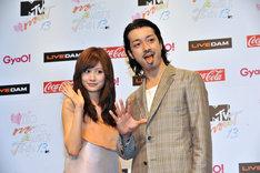 「MTV VMAJ 2013」MCに就任した前田敦子(写真左)、金子ノブアキ(右)。