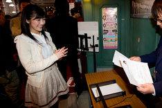 選抜総選挙候補者届出書を提出する渡辺麻友。 (C)AKS
