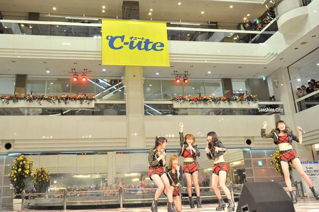 本日4月3日に行われた℃-ute「Crazy 完全な大人」リリースイベントの様子。