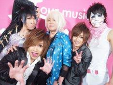 「Dance My Generation」収録後の浅倉大介(写真中央)とゴールデンボンバー。
