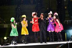 松崎しげる(右から3番目)とももいろクローバーZの共演シーン。(photo by Hajime Kamiiisaka)