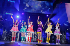 広瀬香美(右から3番目)とももいろクローバーZの共演シーン。(photo by Hajime Kamiiisaka)
