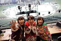 ライブ終了後にラジオの生放送を行った高城れに、百田夏菜子、有安杏果(写真左から)。