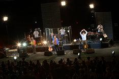 キリンジ「KIRINJI TOUR 2013」最終公演より。2人揃っての最後の挨拶をする泰行(写真手前中央)と高樹(手前右)。