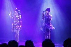 「てもでもの涙」を披露する赤枝里々奈と小木曽汐莉(左から)。(C)AKS