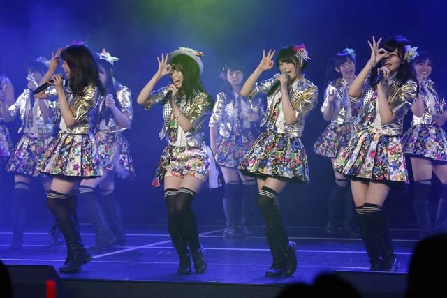 シングルメドレーをKIIメンバーとともに歌唱する小木曽汐莉。(C)AKS