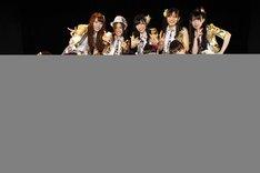 KIIメンバーと記念撮影する小木曽汐莉と赤枝里々奈。小木曽は日本ガイシホールで行われたコンサートの際に着た衣装に着替えて撮影した。(C)AKS