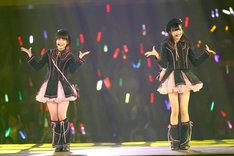 「となりのバナナ」を披露する朝長美桜、田島芽瑠(左から)。 (C)AKS