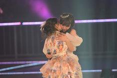 大島優子(左)と抱擁する河西智美(右)。 (C)AKS