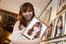 AKB48劇場の壁掛け写真から自分の写真を外す河西智美。 (C)AKS