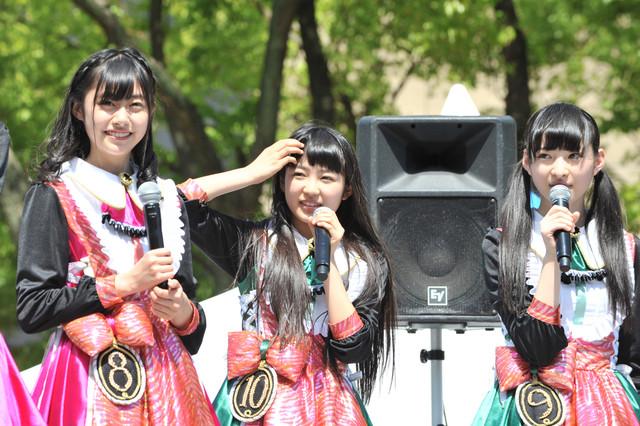 2013年5月に愛知・久屋大通公園エンゼル広場で行われた私立恵比寿中学のフリーライブの様子。左から鈴木裕乃、柏木ひなた、松野莉奈。