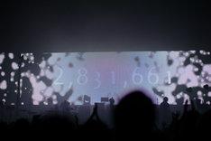 LEDスクリーンが「EMBRACE PARTiCLES」と名付けられた白い光で満ちていく様子。
