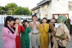 開演前に「ウケますように」とお祈りするももクロの5人と飯塚悟志(中央)、オラキオ(右端)。