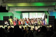 集まったチビノフたちもステージに上がって踊る、子供祭りらしい光景。