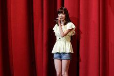 赤坂ACTシアターでファンに挨拶をする西川七海。