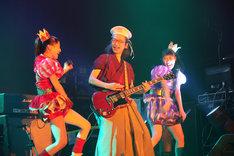 ゲスト参加でギターを弾いた人間椅子の和嶋慎治(中央)がかぶっているのは、ももクロオフィシャルファンクラブ「ANGEL EYES」入会特典のベレー帽。 (C)Ozzfest Japan