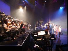 「ほころび」を歌う7人の歌い手と演奏者たち。