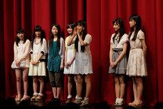 赤坂ACTシアターでファンに挨拶をする乃木坂46 2期生ヤングチーム。