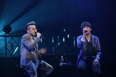 清水翔太「MELODY TOUR 2013」東京国際フォーラム ホールA公演の様子。「夏の終りのハーモニー」を歌う清水翔太(左)と大橋卓弥(右)。