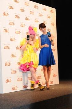 「au発表会 2013 Summer」に出席したきゃりーぱみゅぱみゅ(写真左)と剛力彩芽(右)。