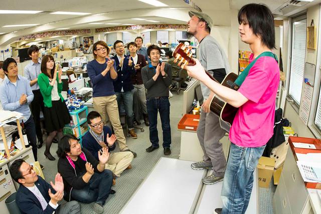 週刊少年サンデー編集部で熱唱するガガガSPのコザック前田と山本聡。