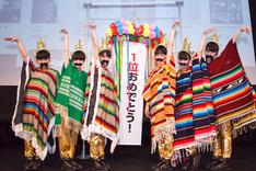 ポンチョ&付けヒゲ姿でiTunes StoreのJ-POPおよびメキシコチャート1位の喜びをファンと分かち合ったチームしゃちほこ。
