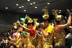 新曲「首都移転計画」PVに登場する金の衣装で2階席から現れたチームしゃちほこ。