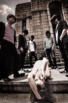 東京酒吐座。左から渡辺清美(G, Vo)、the k(B)、菅原祥隆(G)、アナンダ・ジェイコブズ(Vo)、五味誠(G)、ササブチヒロシ(Dr)。