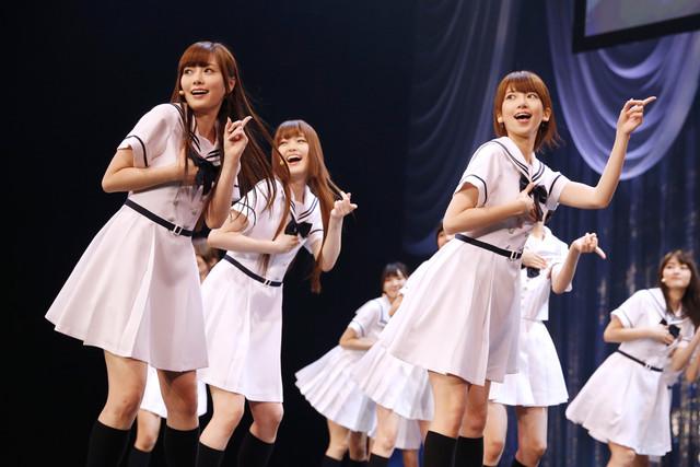 新曲「ガールズルール」でフロントに立つ白石麻衣、松村沙友理、橋本奈々未(左から)。