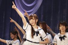 新曲「ガールズルール」で初めてセンターポジションに立った白石麻衣。