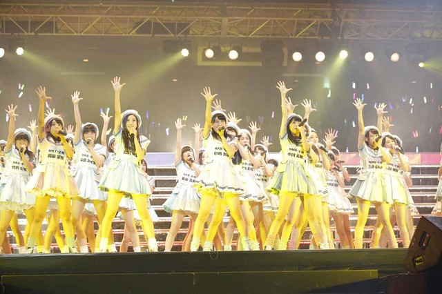 「初日」を歌うAKB48グループ研究生。(c)AKS