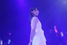 「FIRST LOVE」を披露するAKB48研究生の小嶋真子。(c)AKS