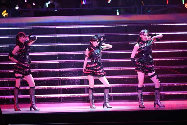 「黒い天使」を披露するAKB48研究生の岡田奈々、高島祐利奈、茂木忍。(c)AKS