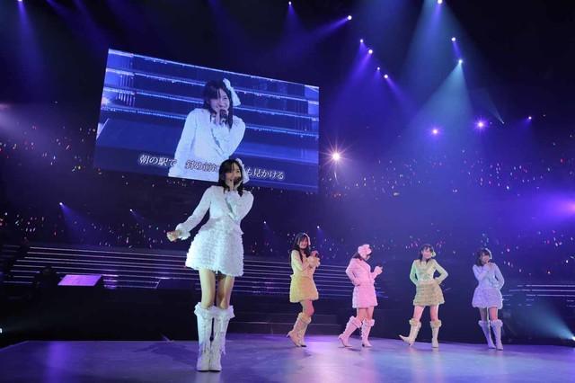 「7時12分の初恋」を披露するAKB48研究生の篠崎彩奈、SKE48研究生の空美夕日、竹内彩姫、HKT48研究生の田島芽瑠、渕上舞。(c)AKS