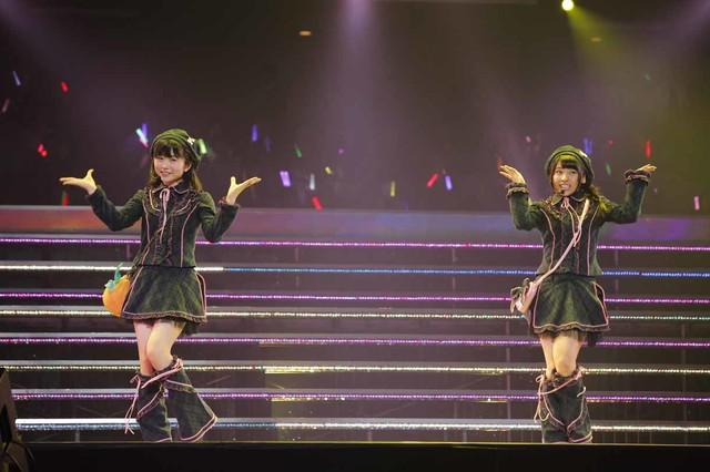 「となりのバナナ」を披露するNMB48研究生の山尾梨奈、HKT48研究生の秋吉優花。(c)AKS