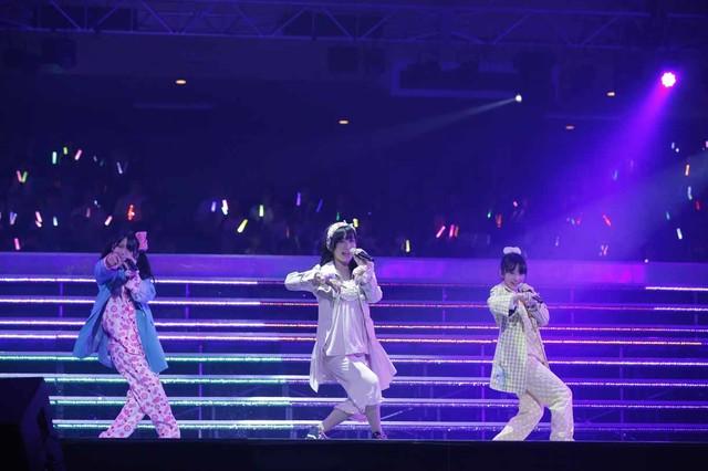 「パジャマドライブ」を披露するAKB48研究生の向井地美音、SKE48研究生の北野瑠華、NMB48研究生の川上千尋。(c)AKS