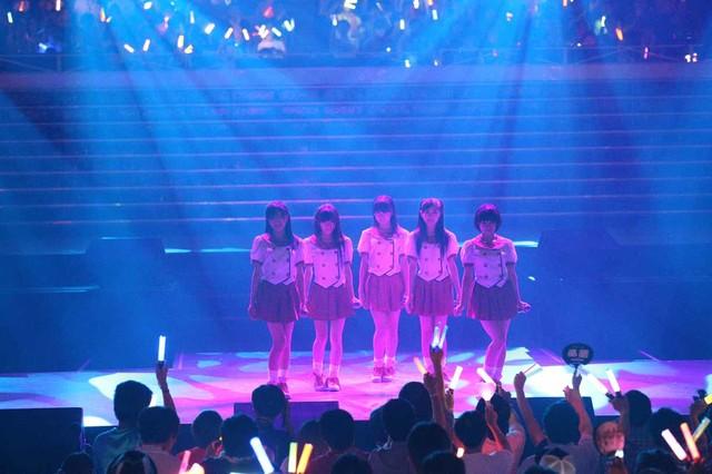 「スカートひらり」を披露するAKB48研究生の岡田奈々、小嶋真子、西野未姫、HKT48研究生の田島芽瑠、朝長美桜。(c)AKS