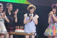 この日誕生日を迎えたAKB48研究生の北澤早紀にサプライズでケーキがプレゼントされた。(c)AKS