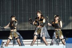 SKE48須田亜香里、HKT48指原莉乃、AKB48峯岸みなみによる「愛しきナターシャ」の模様。(c)AKS