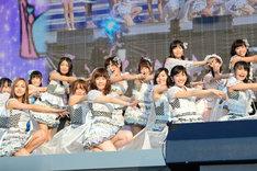 グループ全メンバーによる「さよならクロール」の模様。(c)AKS