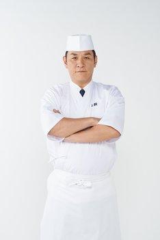 ピエール瀧演じる寿司屋「無頼鮨」の大将・梅頭。(画像提供:NHK)