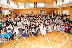 荷揚町小学校の生徒たちと記念撮影をする指原莉乃。(c)AKS
