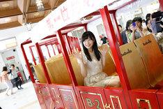 JR大分駅で汽車に乗って挨拶をする指原莉乃。(c)AKS