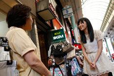 セントポルタ中央町で商店街の店主と談笑する指原莉乃。(c)AKS