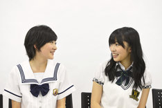 左から生駒里奈(乃木坂46)、指原莉乃(HKT48)。
