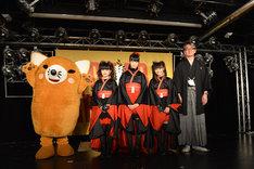 写真左からいなりん、BABYMETAL、嶺脇育夫タワーレコード代表取締役社長。