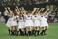 新曲「ガールズルール」を披露する乃木坂46。
